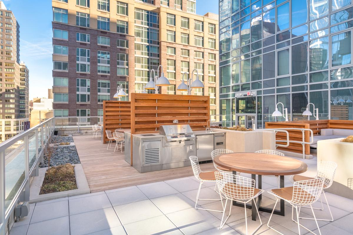 Roof deck with seating on 10th floor